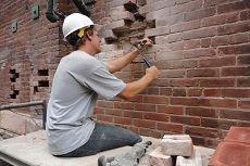 Как заделать трещину кирпичной стене дома: способы