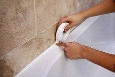 Заделываем щель между ванной и стеной фото
