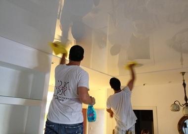 Чем и как мыть натяжные глянцевые потолки без разводов?