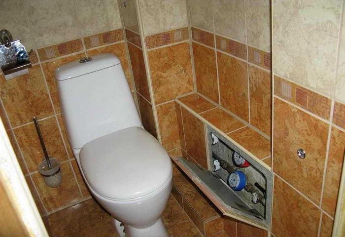 как красиво замаскировать трубы в туалете с окном