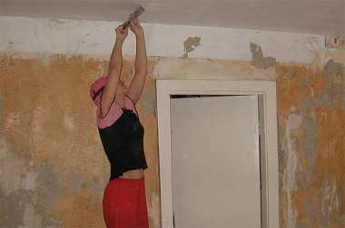 Как снять побелку с потолка: эффективные способы