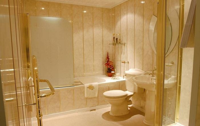 Ремонт в ванной комнате панелями ПВХ: инструкция по обшивке стен своими