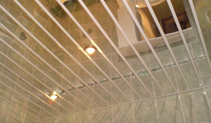 Какой потолок лучше сделать в ванной комнате: варианты отделки