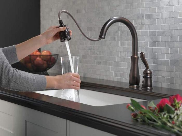 Как выбрать смеситель для кухни чтобы не было брызг?