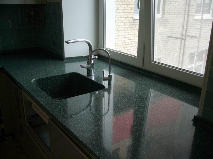 Современные кухни столешница с раковиной в место подоконника фото заказать подоконник из искуственного камня Дединово