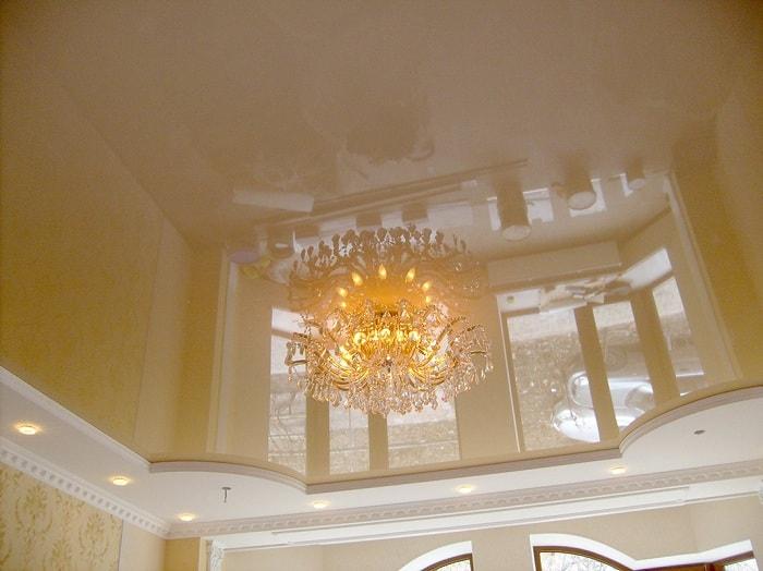 Двухуровневые натяжные потолки в зале фото