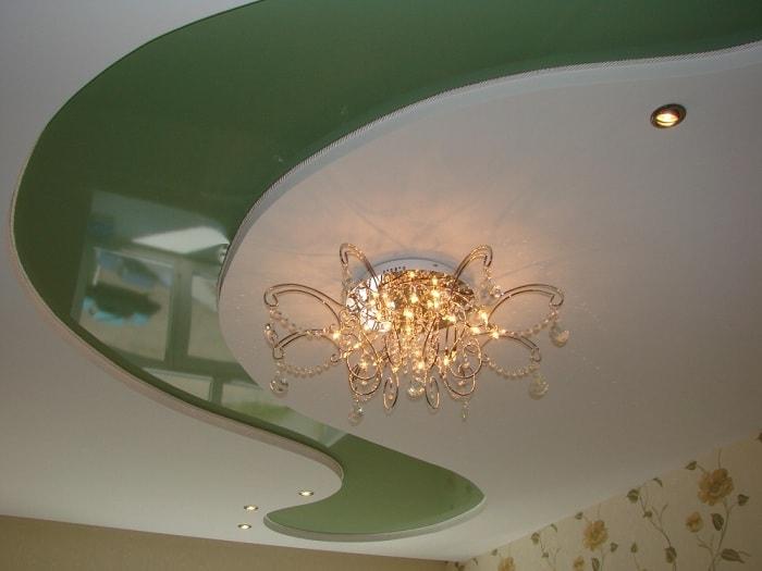 Двухуровневый натяжной потолок в зале фото