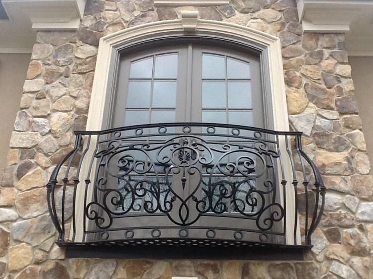 Французский балкон с декоративным элементом