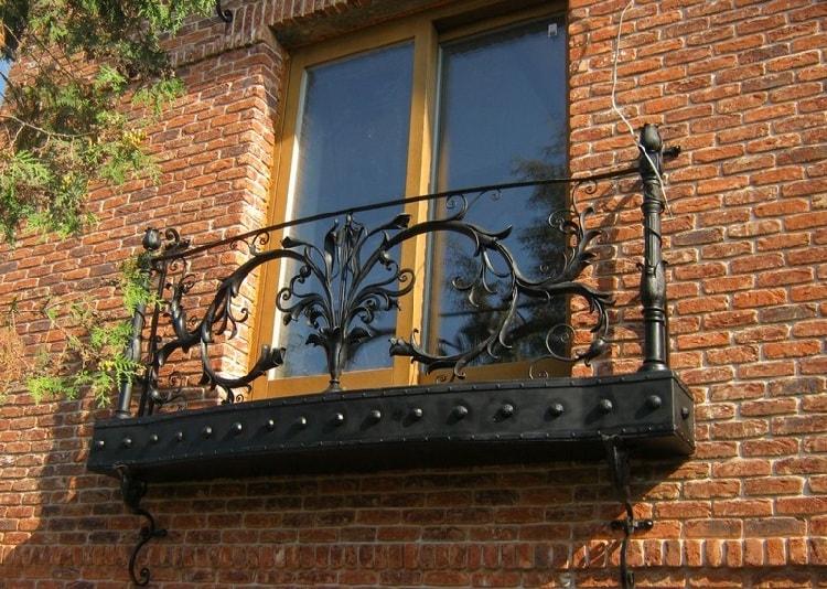 Французский балкон с кованным элементом