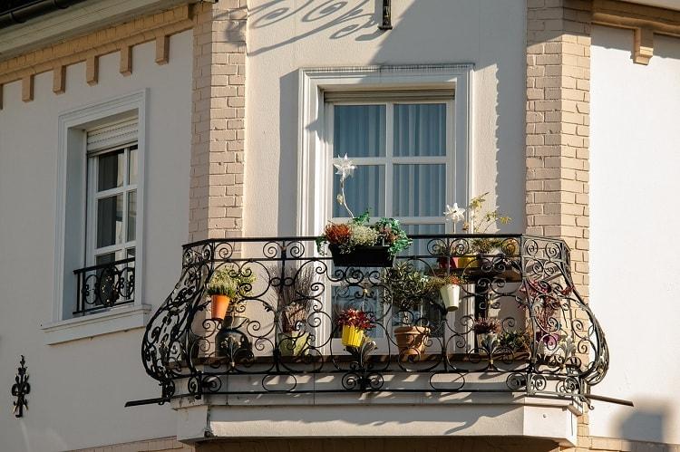Французский балкон с кованным ограждением