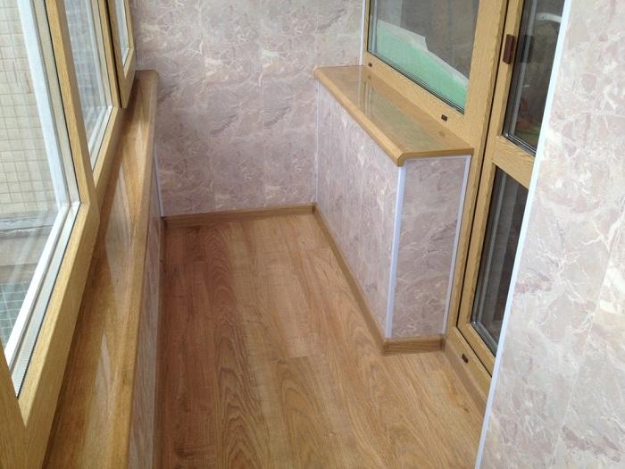 Ламинат на полу балкона фото